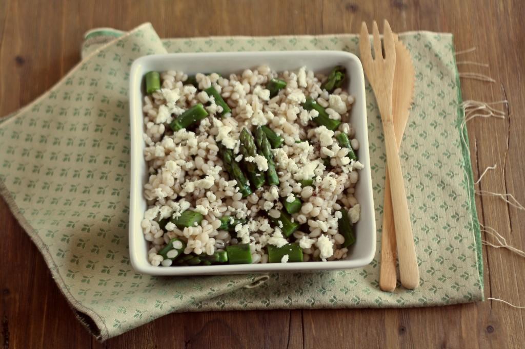 insalata di orzo con feta e asparagi