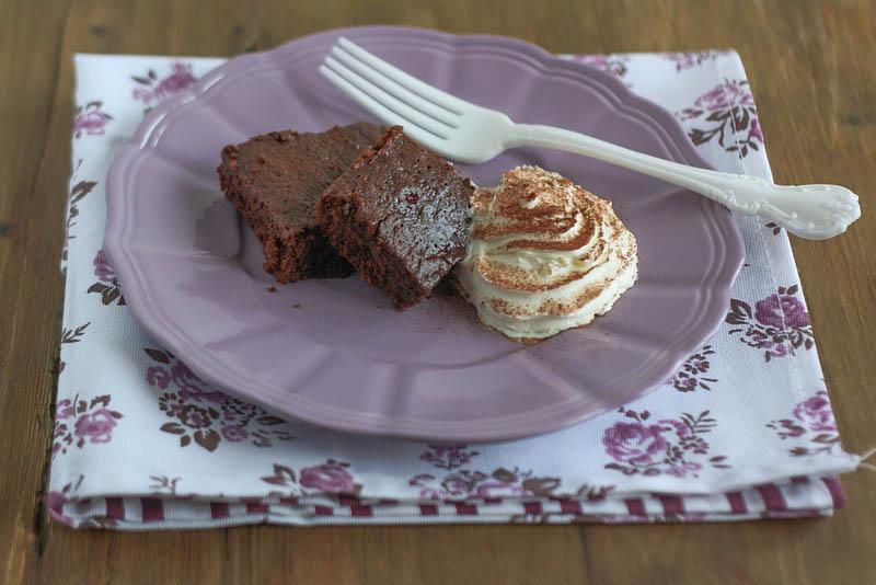 Brownies al cioccolato e marmellata di lamponi