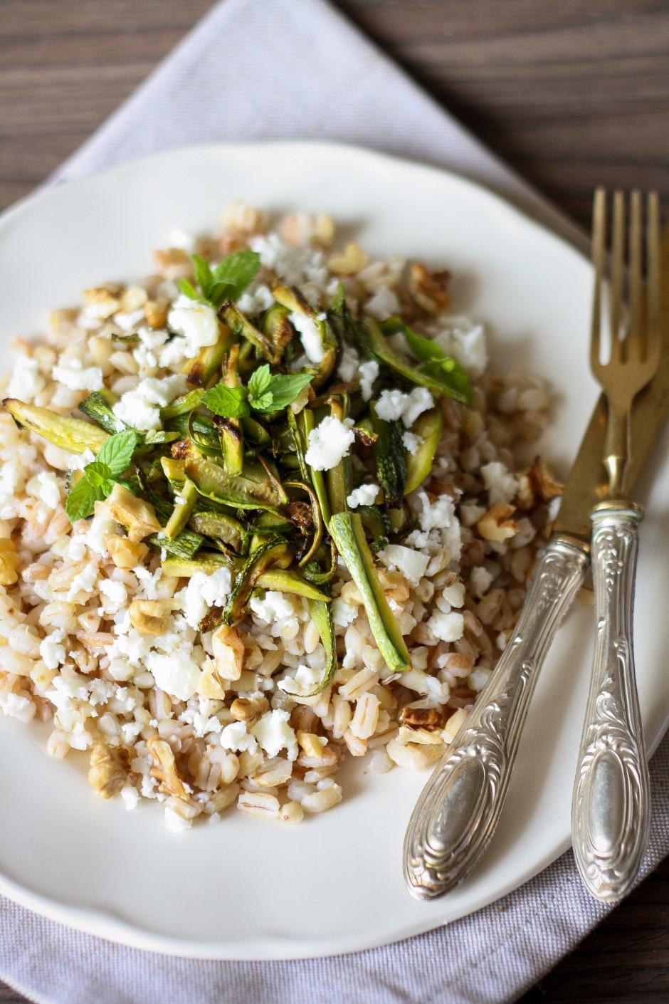 insalata di farro con zucchine e feta