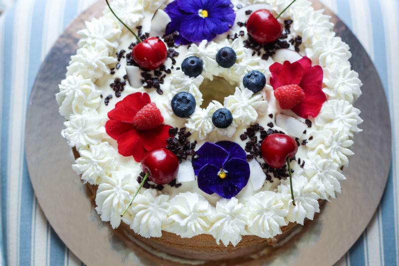 chiffon cake con crema di mascarpone e frutta fresca